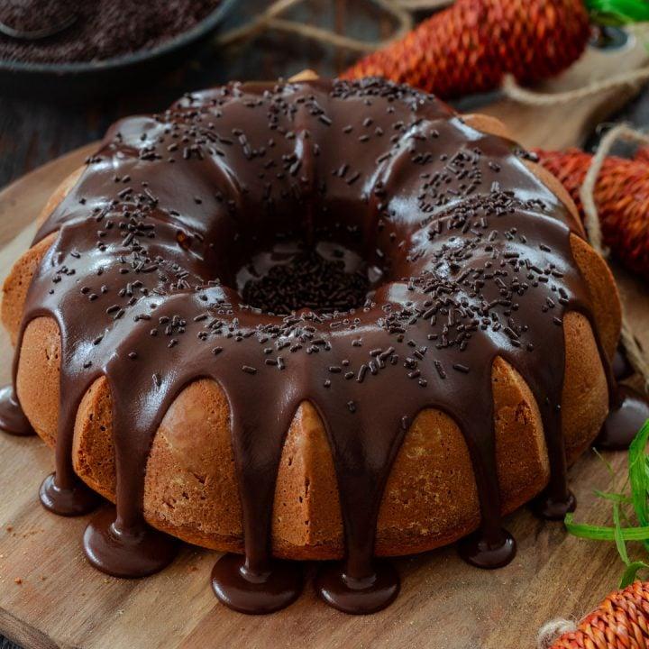 Carrot cake covered with brigadeiro.