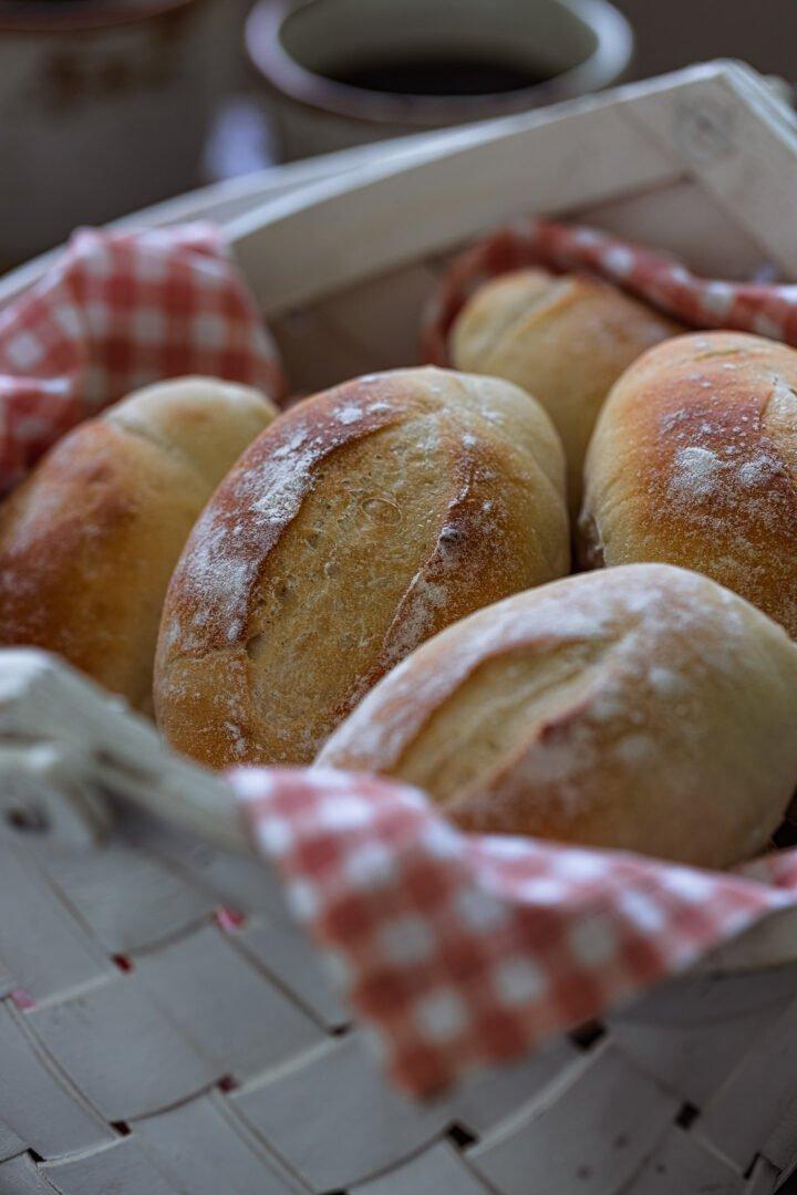 A close up photo of a pão francês.